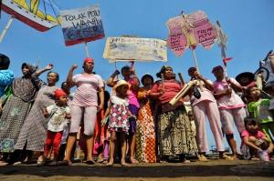Nelayan dan petani Batang membawa wayang kertas, bendera, serta poster berisi penolakan rencana pembangunan pembangkit listrik bertenaga batubara di areal persawahan Desa Ponowareng, Kabupaten Batang, Jawa Tengah, Rabu (24/9).
