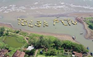 """Warga Batang membentuk tulisan """"Tolak PLTU"""" dengan konfigurasi perahu sebagai aksi bersama Greenpeace menolak rencana pembangunan pembangkit listrikbertenaga batubara di  Desa Ponowareng, Batang, Jawa Tengah, Rabu (24/9)."""