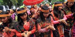 penari-tari-tor-tor-suku-batak-di-Sumatera-Utara
