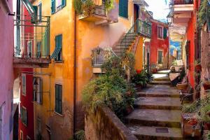 Streets-of-Monterosso-Cinque-Terre-Liguria-Italy-lvx4cq5c5dix53iv1vfnifmt61ni51di1o9ajrcvyo